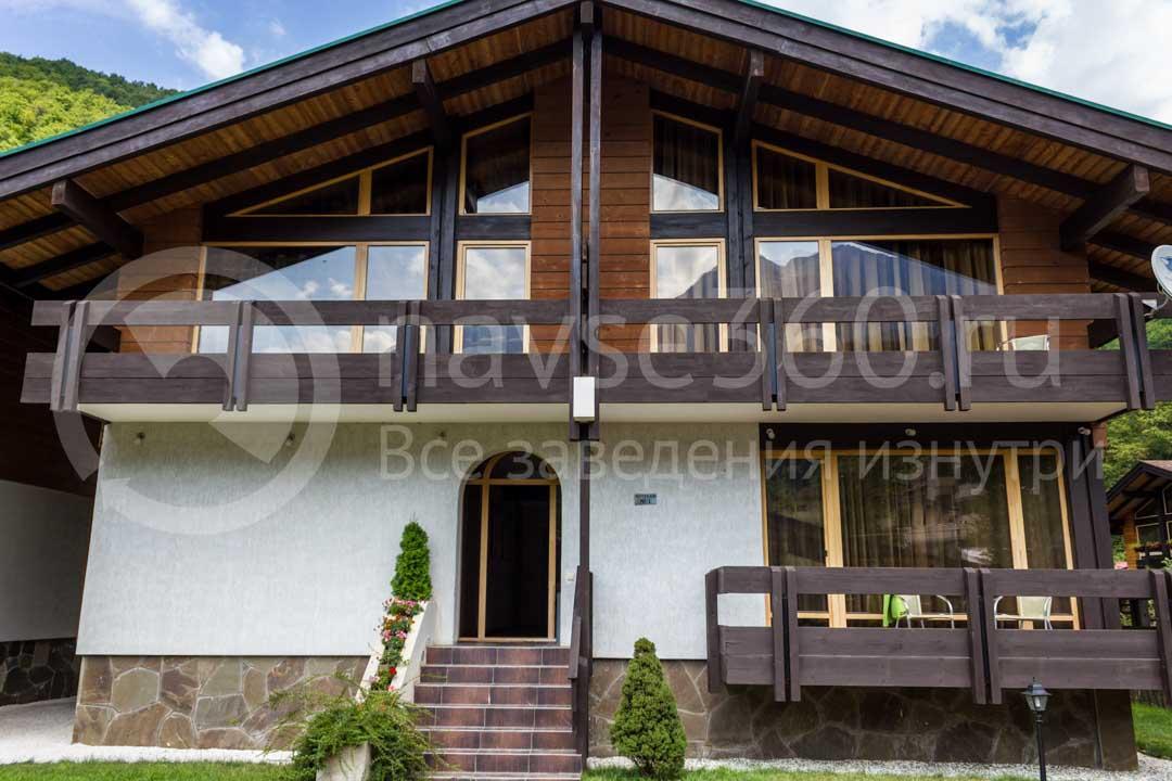 Фасад гостиницы Хомутовский дворик на Красной поляне
